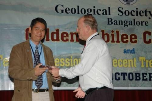 Herman Darman received an honorary award from Prof. R. P. Viljoen, on behalf of the Geological Society of India